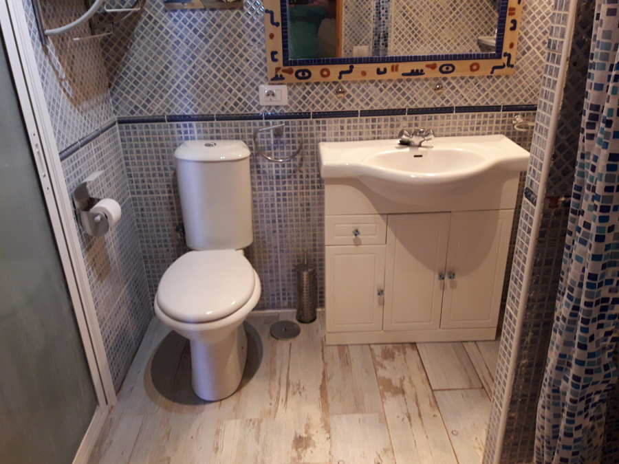 Suelo baño,  inodoro y lavamanos