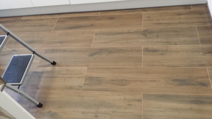 Foto suelo cocina baldosa imitacion madera de comava - Suelo madera cocina ...