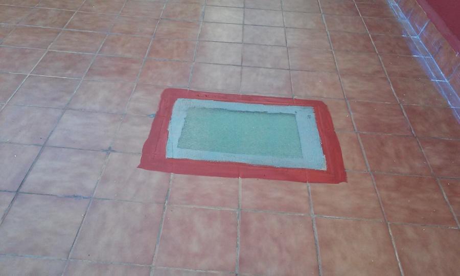 suelo con varniz vinilico efecto mojado y sellado de fisuras con caucho rojo