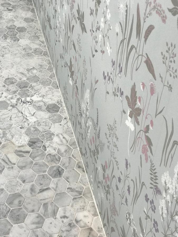 Suelo de mármol de carrara y empapelado de paredes