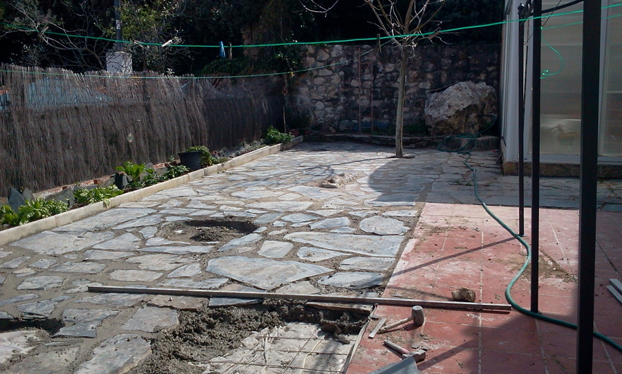 Suelos de piedra as est quedando el suelo de la ducha con piedras recogidas del ro por nosotros - Suelos de piedra para exterior ...