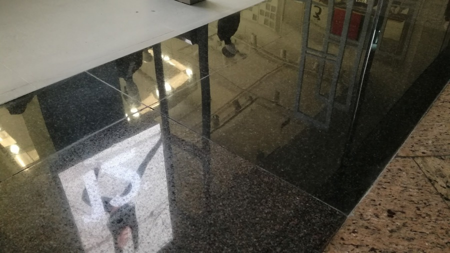 Granito negro perla en diagonal mar de barcelona ideas for Granito para suelos precio