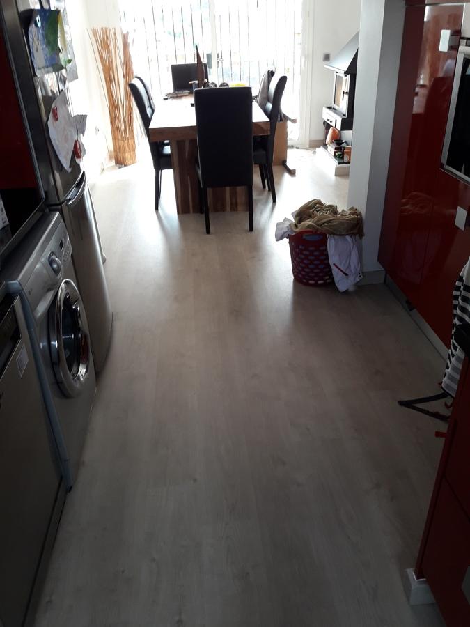 Instalaci n de suelo laminado ac5 y suministro de - Suelo laminado para cocina ...