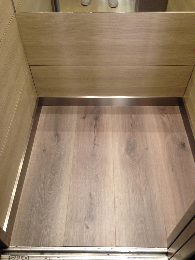 Foto suelo vin lico imitaci n parquet de ascensores illes 886530 habitissimo - Suelos imitacion parquet ...