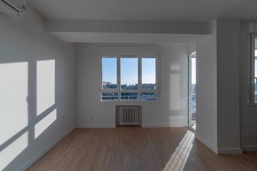 Suelos laminados y ventana con aislamiento térmico y acústico