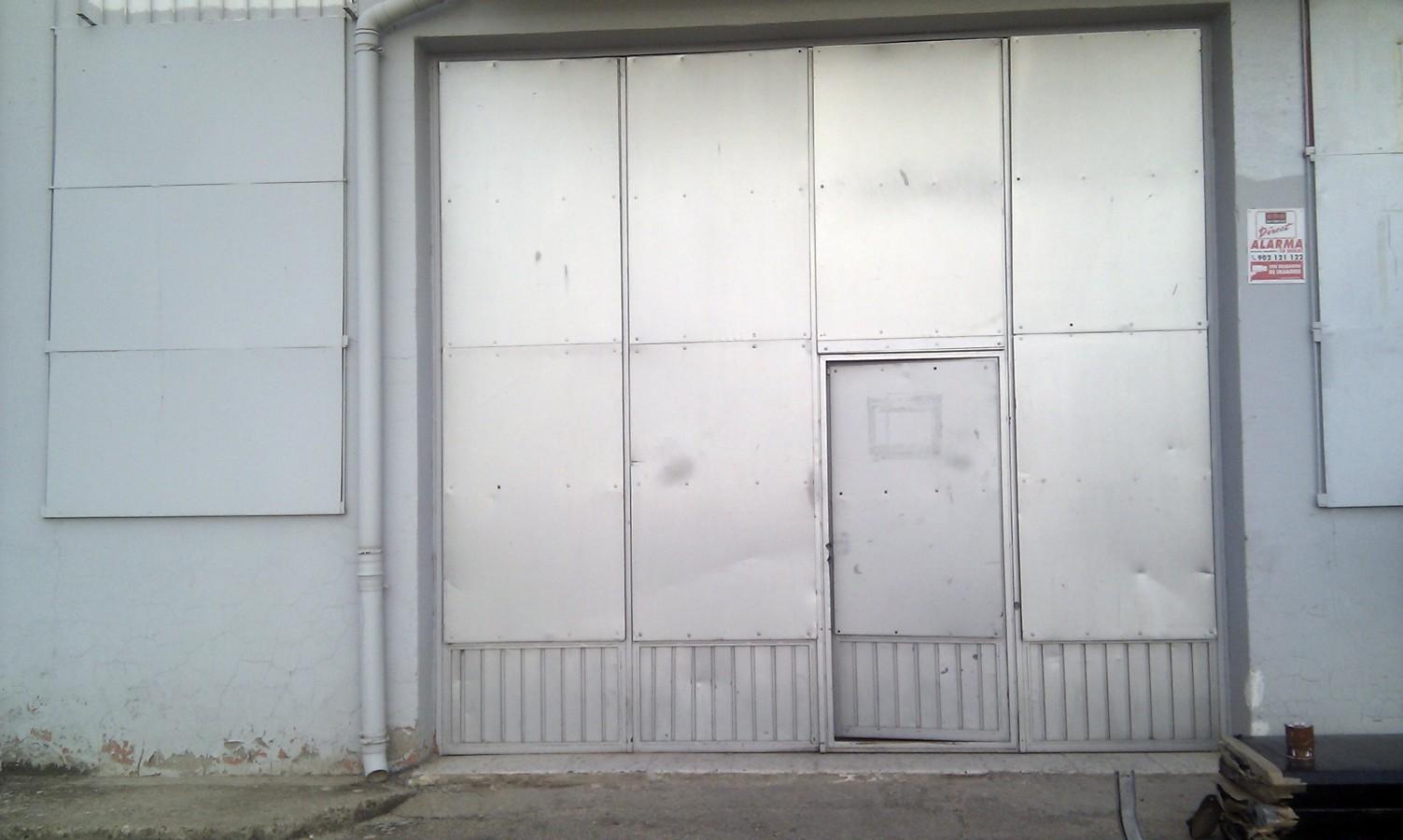 Foto sustitucion de puertas para taller mecanico antes for Puerta corredera de taller