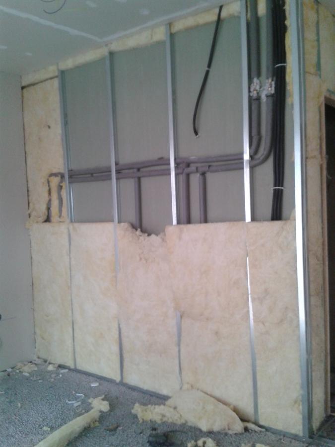 Reforma Baño En Gijon:Tabique de separación de baño y salón con instalaciones sanitarias