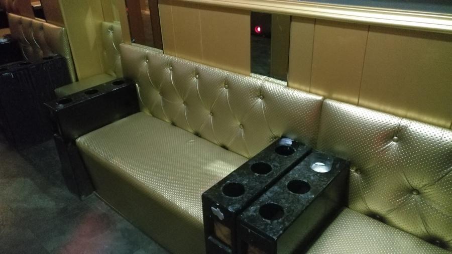 Tapizado de reservados en polipiel dorada con capitone