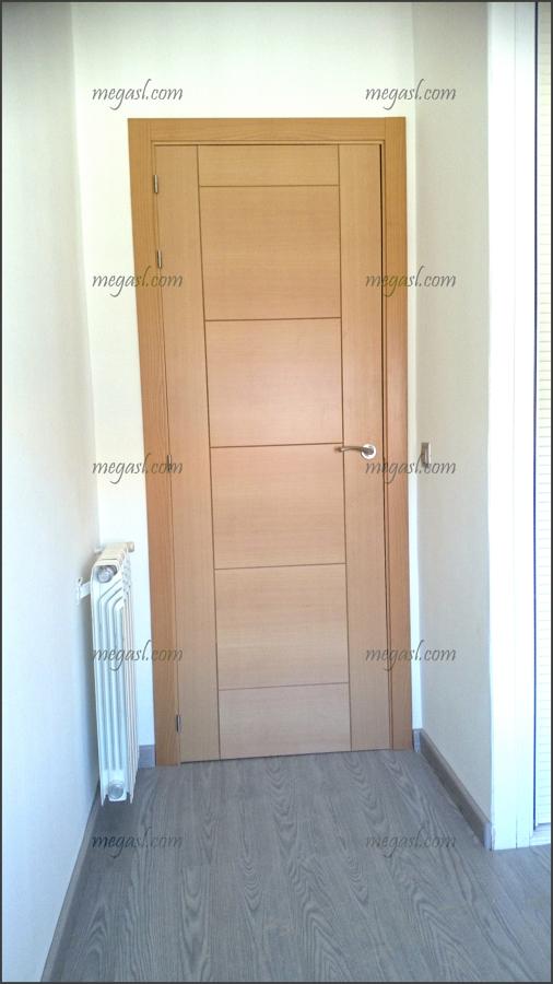 Foto tarima color ceniza y puerta en haya de mega s l - Puertas haya vaporizada ...