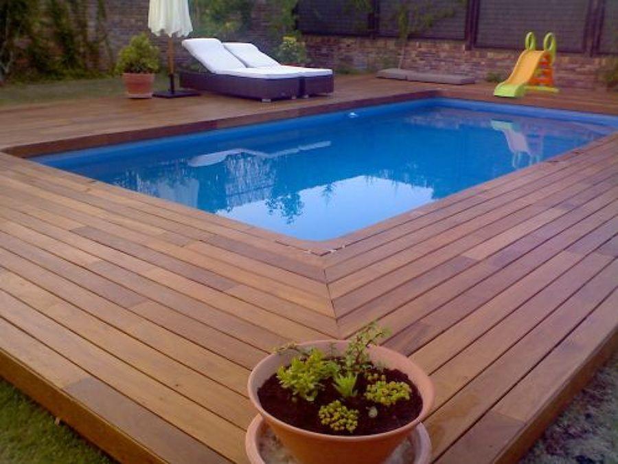 tarima de exterior alrededor de la piscina