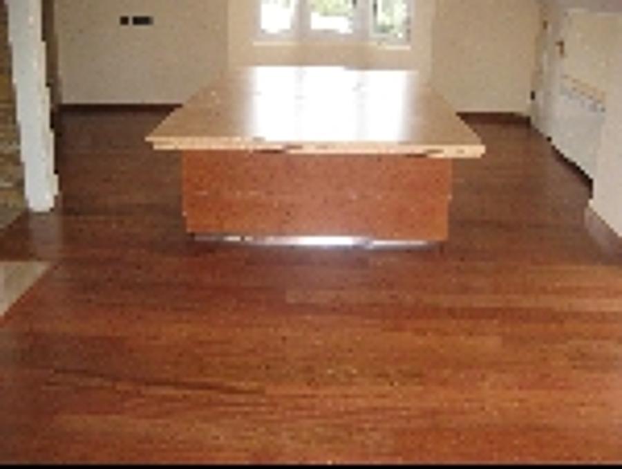 tarima en un salon con madera