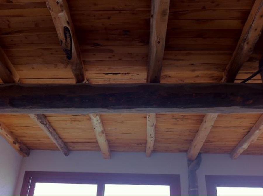 Techo de salón hecho con viga central de pino y savina con tejel también de savina