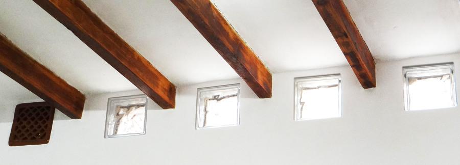 Techo de vigas vistas, y cubos de cristal para permitir entrada luz natural.
