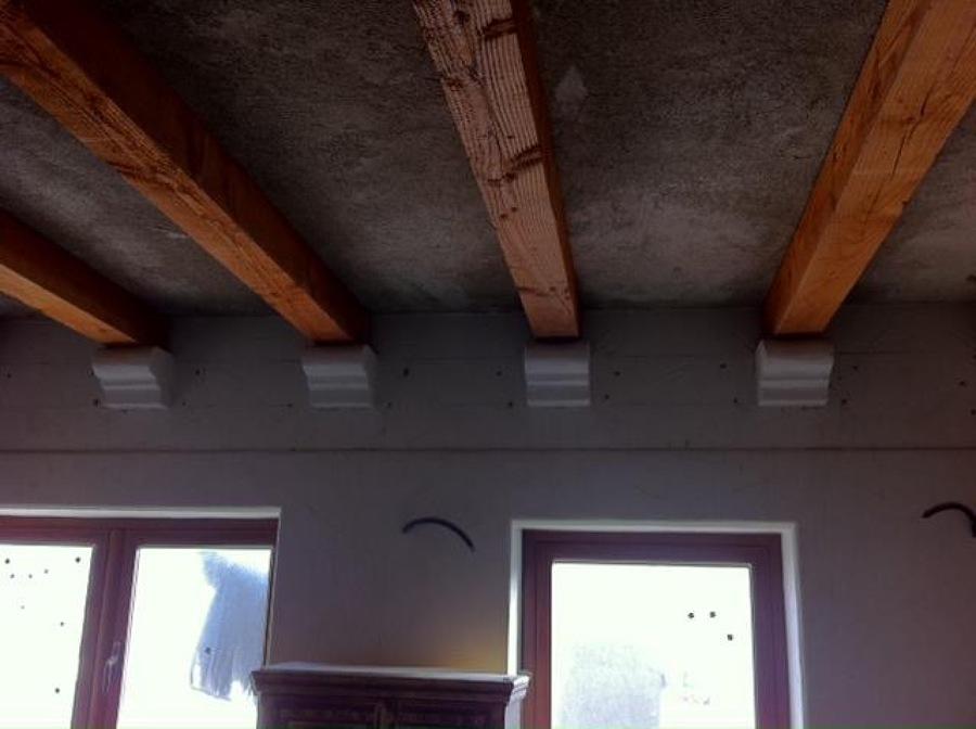 techo habitacin principal con madera de pino y soporte de vigas hechas con hormigon