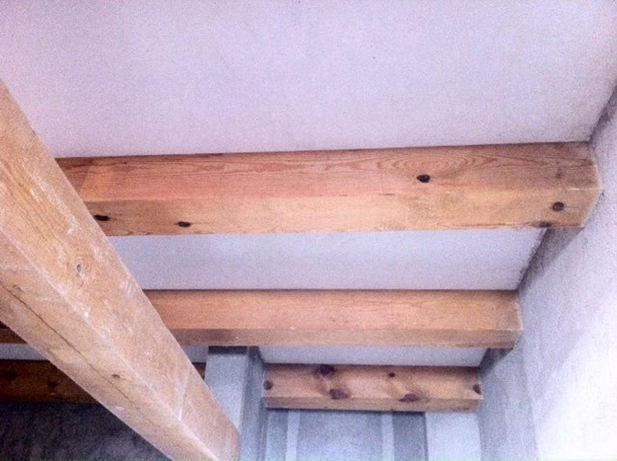 Techo interior enfoscado con mortero y enlucido fino,vigas de madera de pino