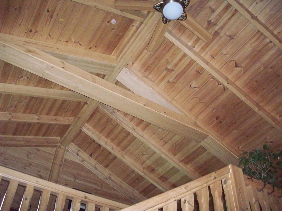 Foto techo y vigas de madera maciza en vivienda - Vigas madera techo ...