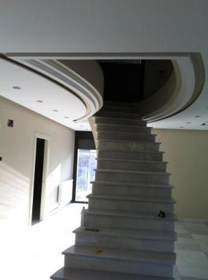 Escalera haciendo curvas en el techo ideas reformas comunidades - Techos de escayola ...