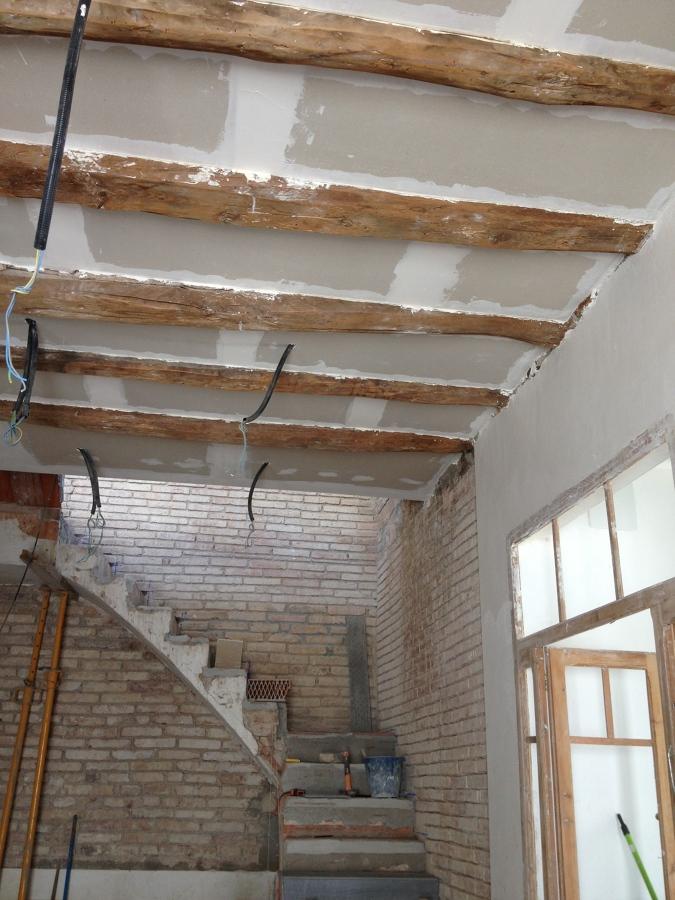 Rehabilitaci n de casa hist rica en rub ideas reformas - Techos con vigas de madera ...