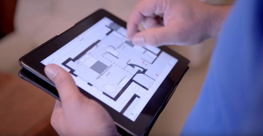 Técnico de Murprotec con un plano de la casa de la clienta