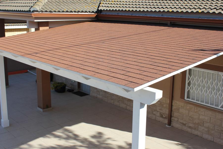 Pergola adosada madera color blanco ideas tejados for Tela asfaltica para tejados de madera