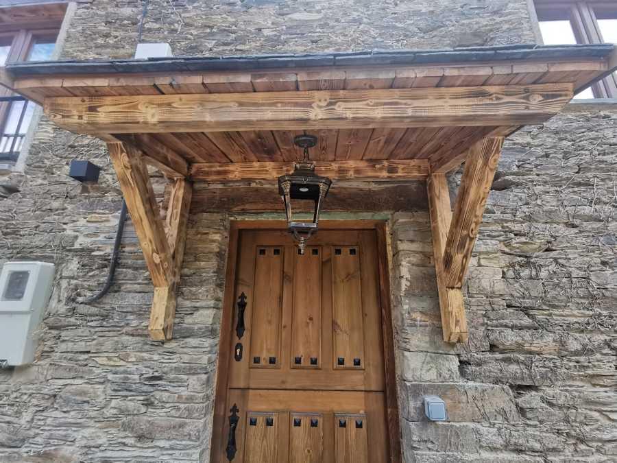 Tejadillo entrada estructura de madera y cubierta de pizarra natural