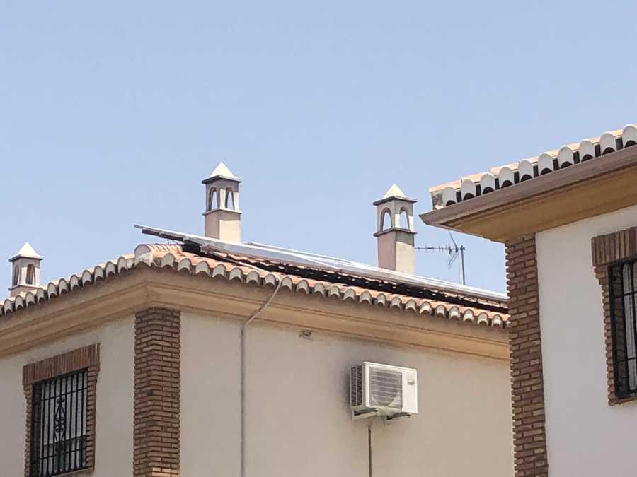 tejado con 12 placas solares