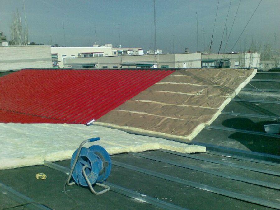 tejado de chapa sobre un superficie de tela asfaltica