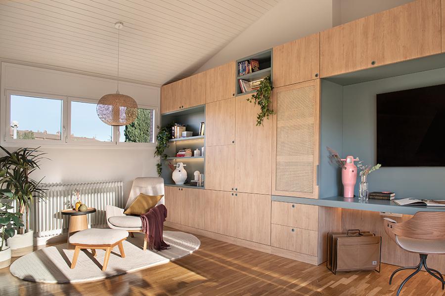 Televisor integrado dentro de un mueble-armario y escritorio de madera a medida