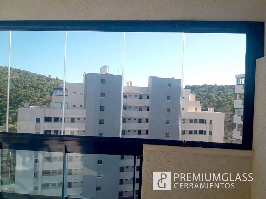 Terraza acristalada con paneles de vidrio verticales en Finestrat