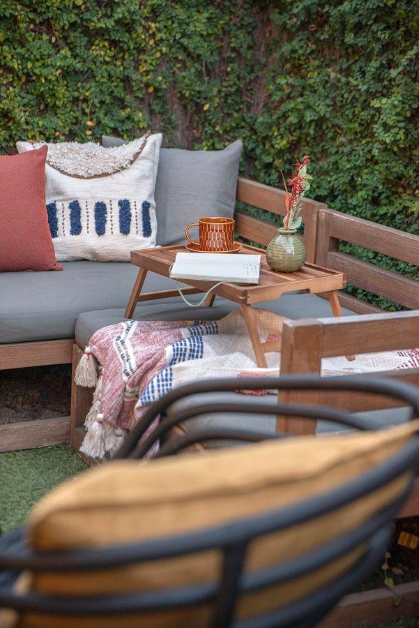 Terraza amueblada con sofás y cojines