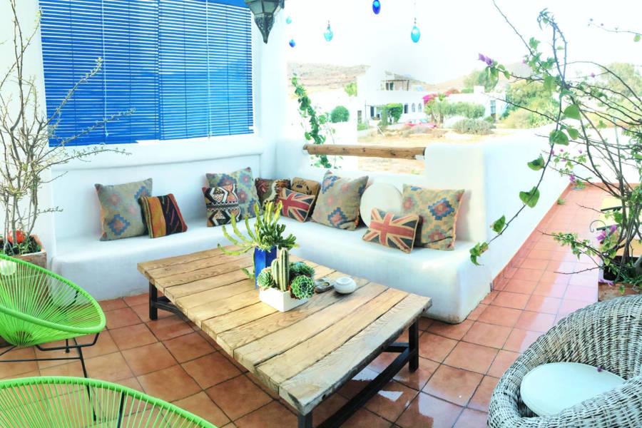 Crea rincones de obra para decorar tu exterior ideas for Banco para terraza