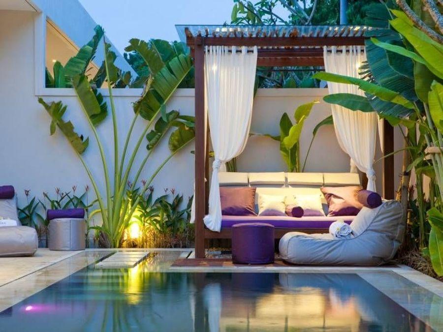 terraza con cama balinesa y piscina