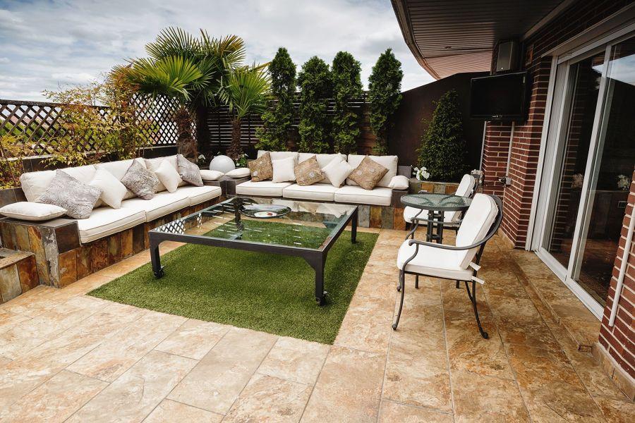 Terraza con césped artificial