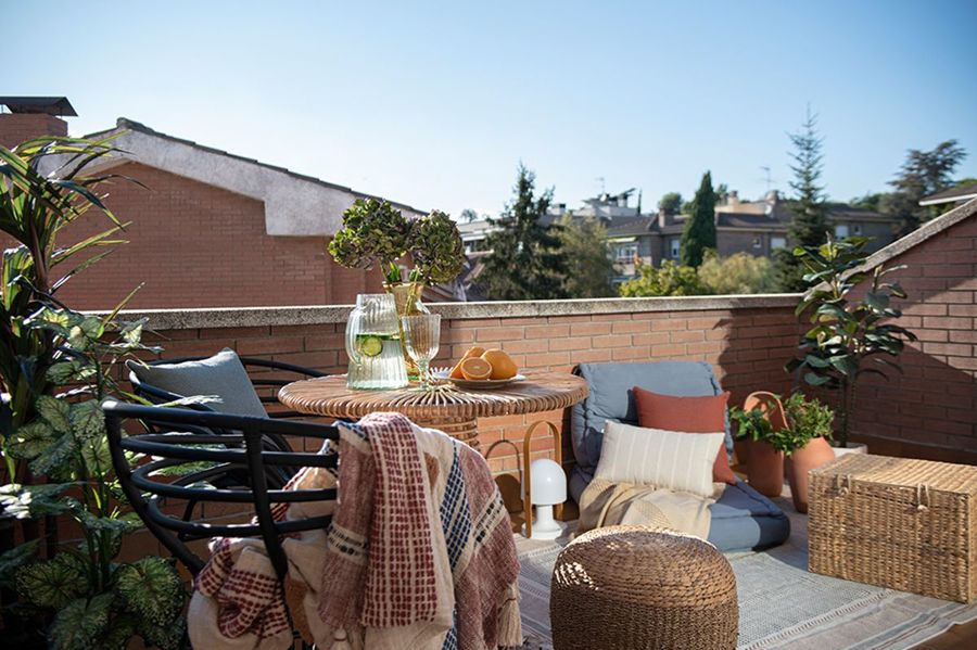 Terraza con colchonetas y textiles de algodón