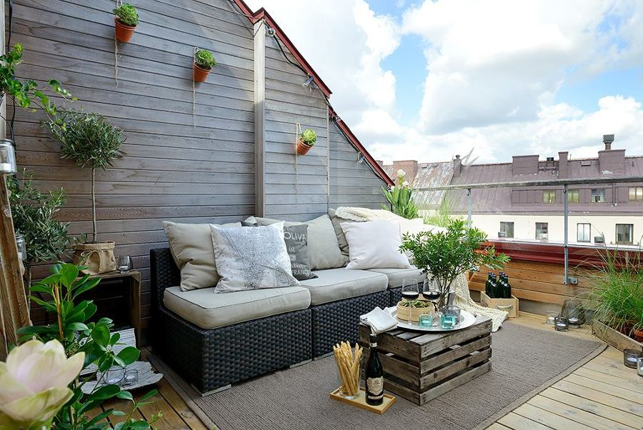 terraza con mesa de palés