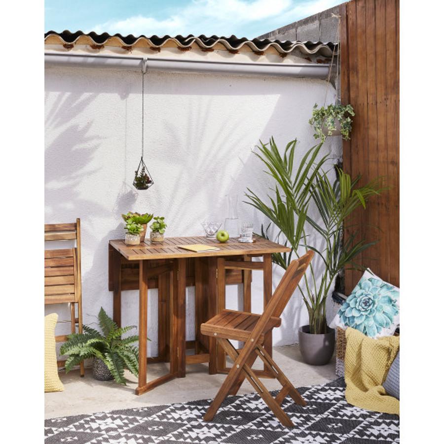 terraza con mesa y sillas plegables