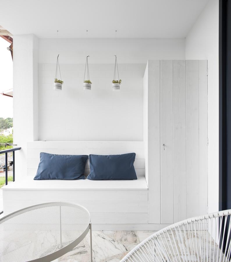 Terraza con mobiliario y armario de madera a medida