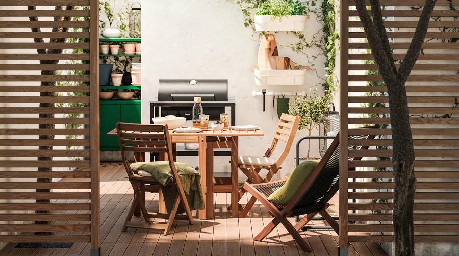 Terraza con muebles de comedor de exterior y barbacoa de IKEA