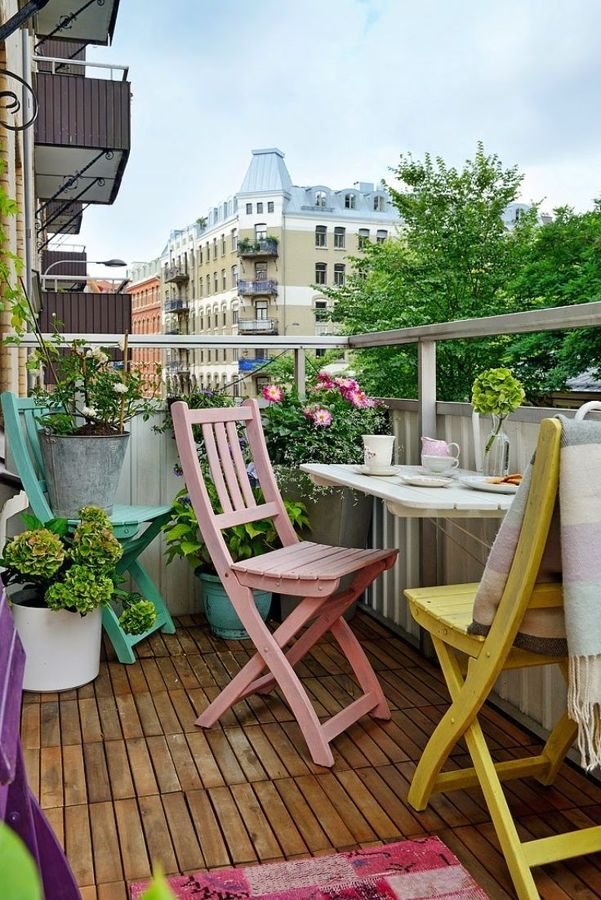 Terraza con sillas de colores