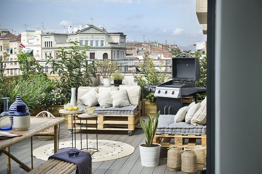 Terraza con sillones de palets con ruedas