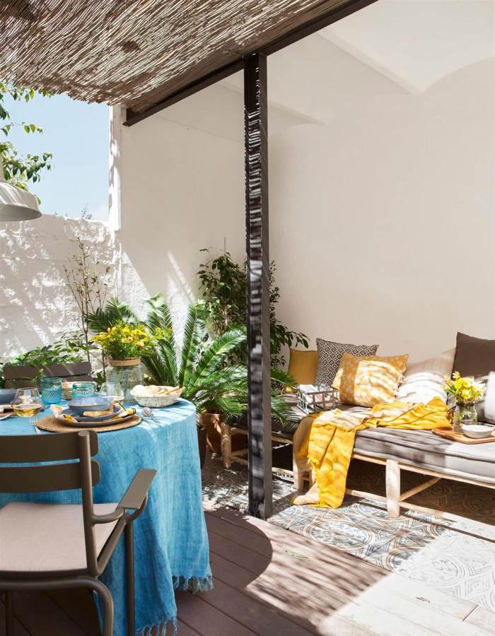 Terraza con textiles en azul y amarillo