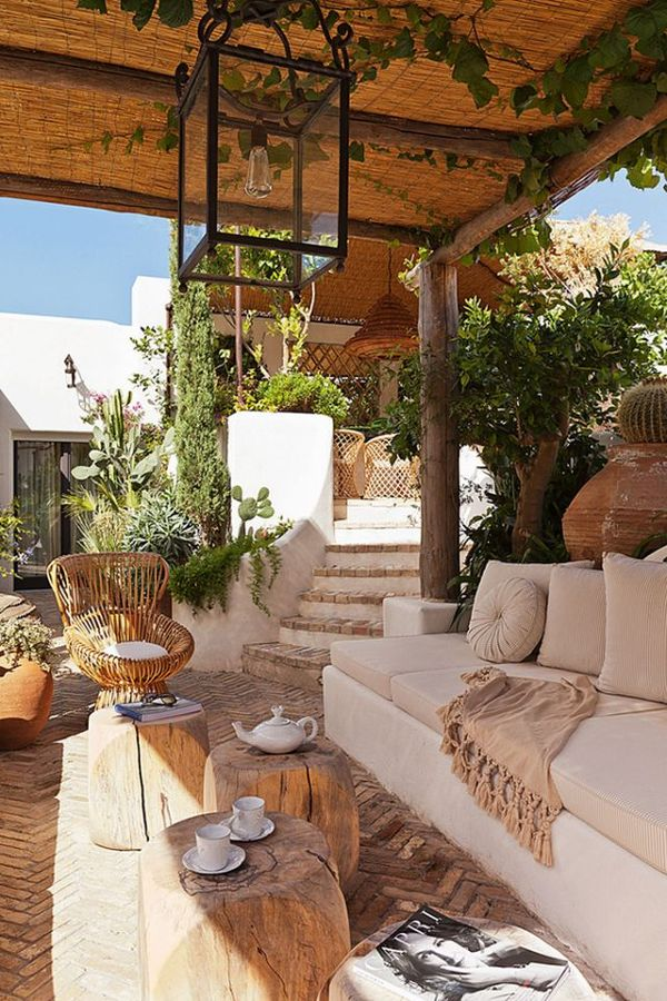 terraza de madera y piedra