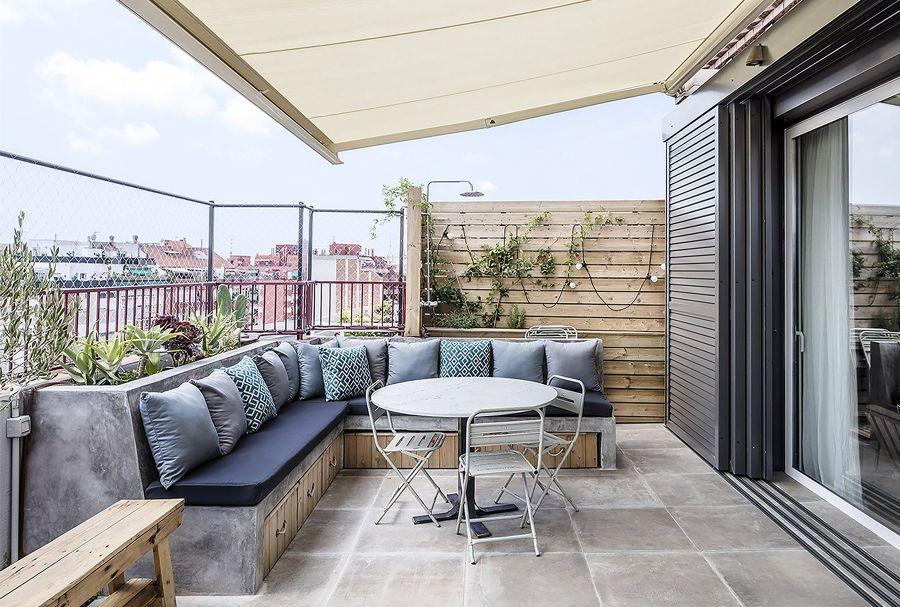 Terraza de piso con gran sofá