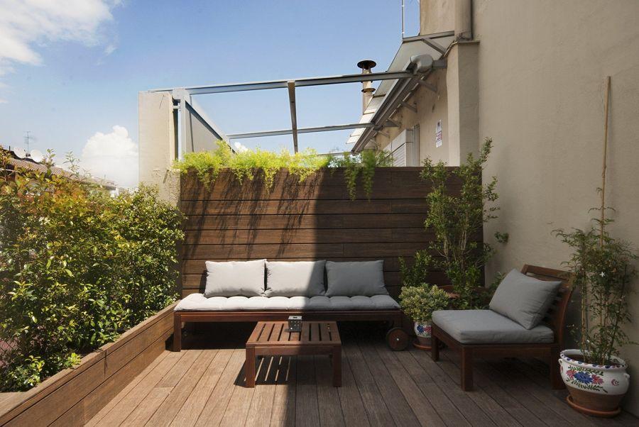 Terraza exterior con mobiliario de madera de acacia y jardineras del mismo material