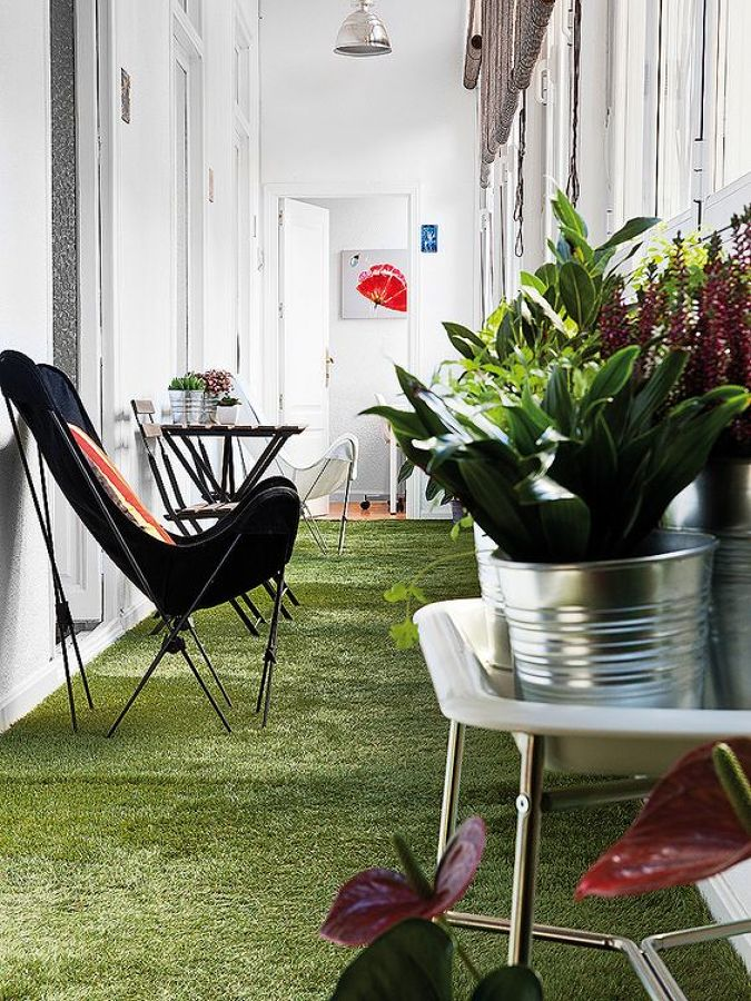 terraza interior con césped artificial