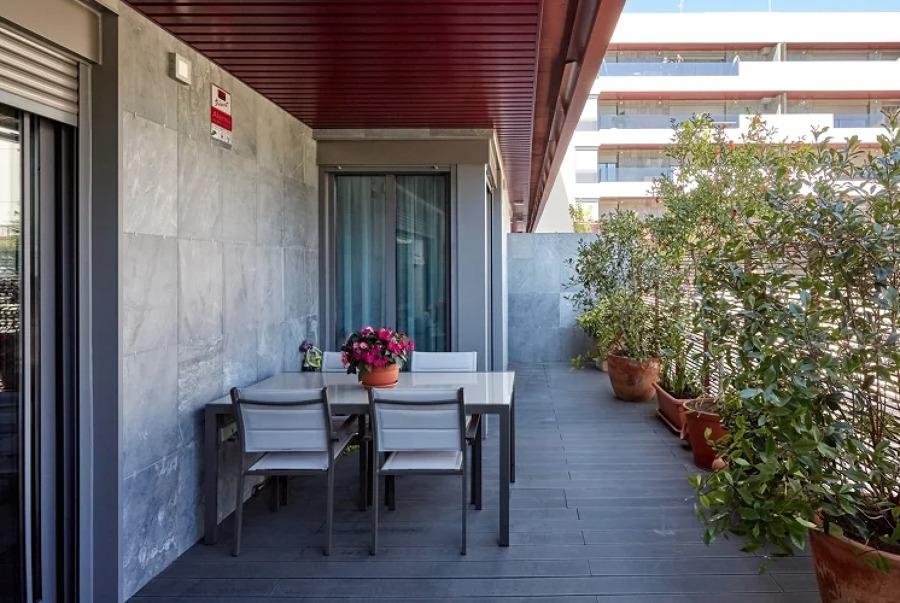 terraza interior con grandes maceteros