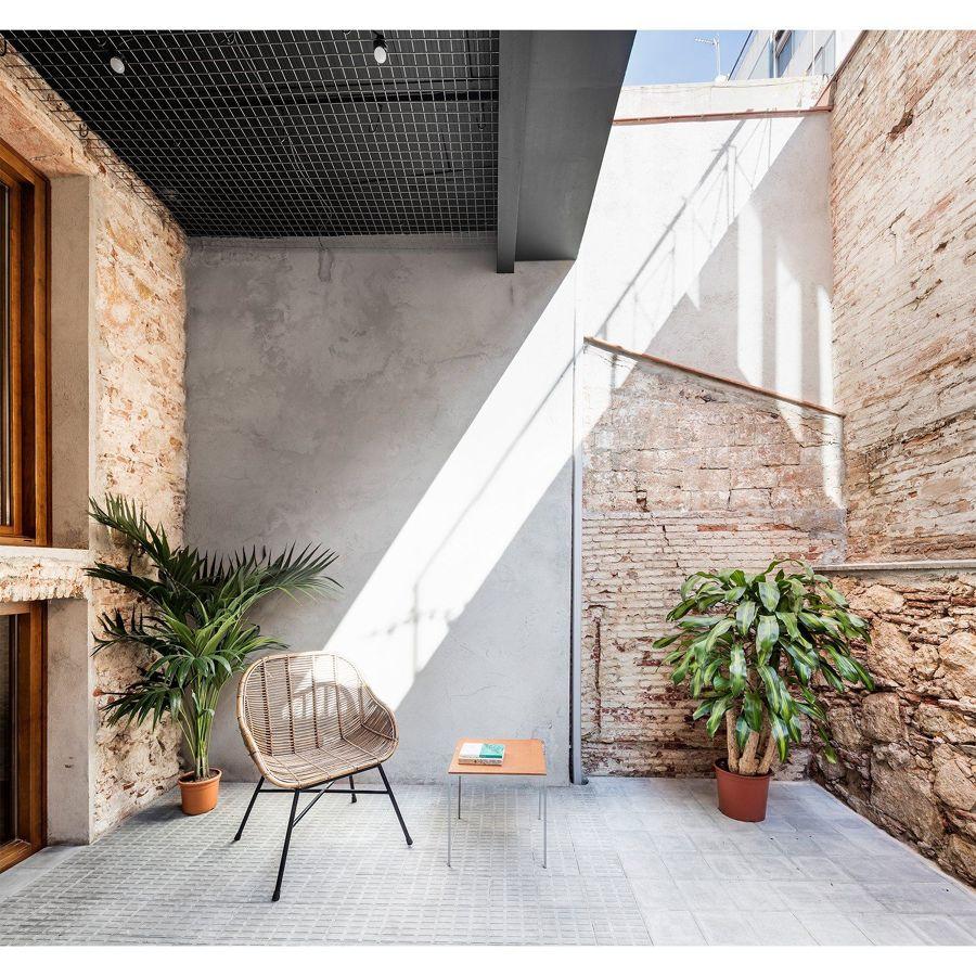 Terraza interior con paredes de microcemento