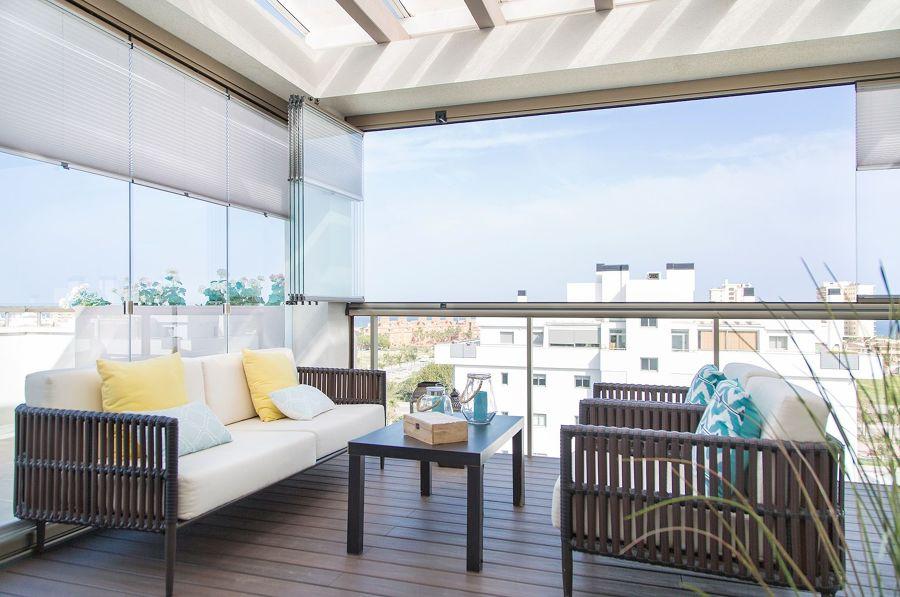 Terraza mediana con cortinas de cristal