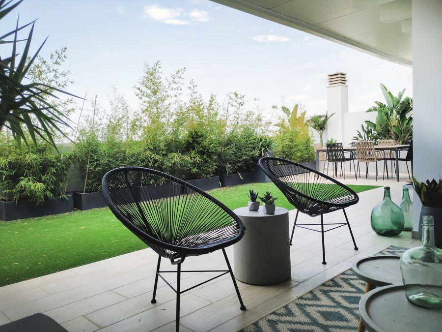 Terraza mediana con zona de comedor y de relax