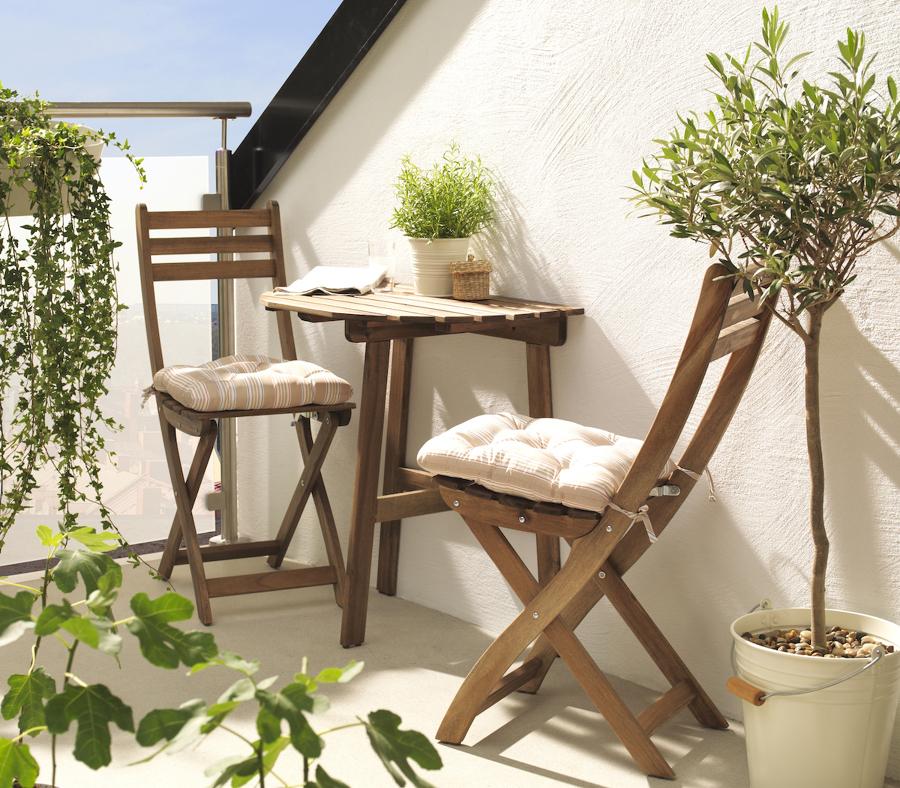 Terraza pequeña con mesa y sillas de jardín de IKEA